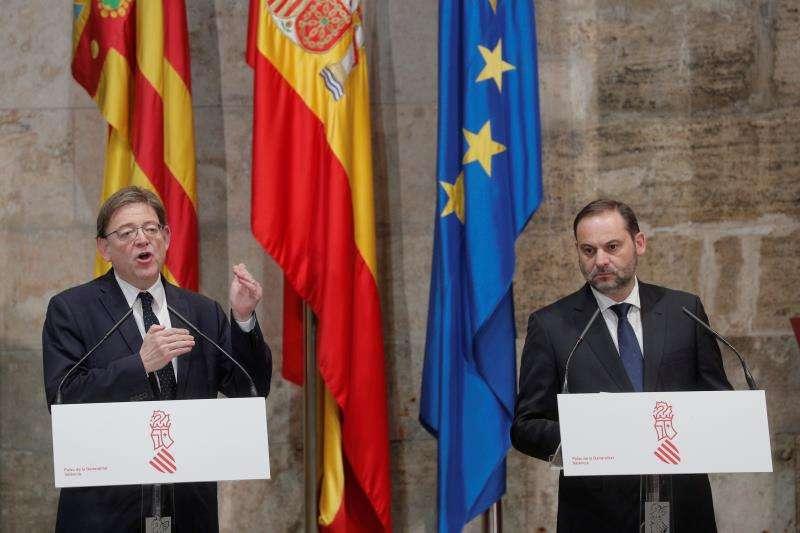 El presidente de la Generalitat, Ximo Puig (i) ,y el ministro de Fomento, José Luis Ábalos (d). EFE