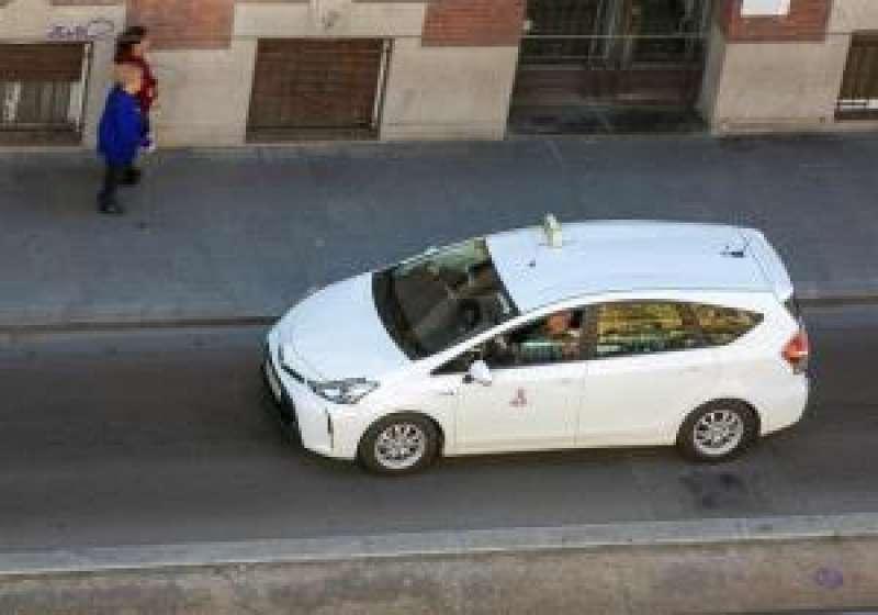 Un taxi circula por la calle, en una imagen reciente. EFE
