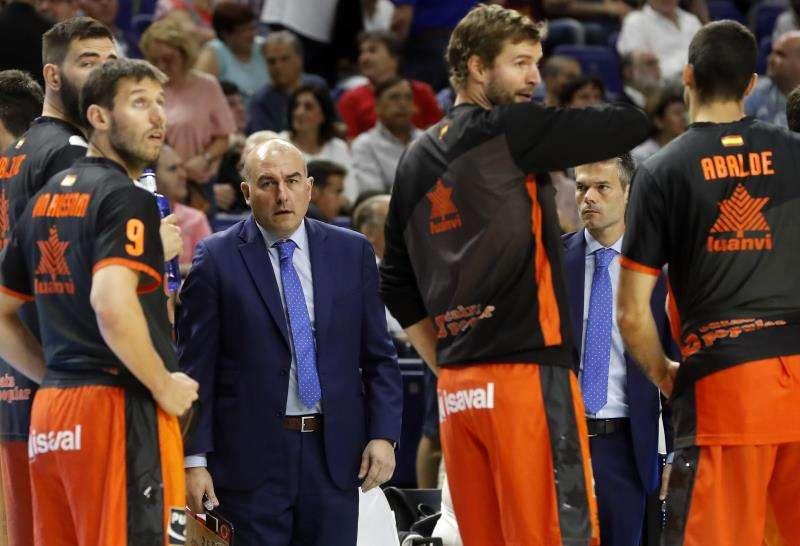 El t�cnico de Valencia Basket, Jaume Ponsarnau, entre sus jugadores. EFE/Archivo