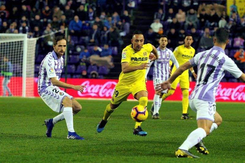 El centrocampista del Villarreal, Santi Carzorla (c), persigue el balón ante los jugadores del Valladolid./ EFE