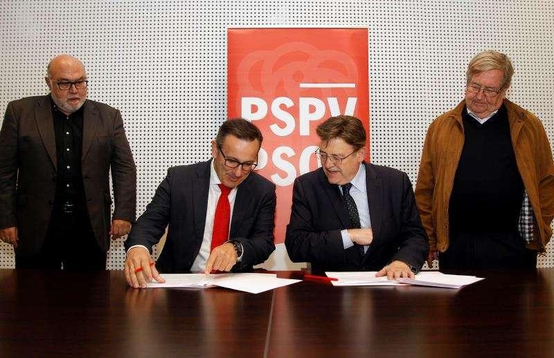 El secretario general del PSPV-PSOE, Ximo Puig (2d), y el secretario general del PSOE Región de Murcia, Diego Conesa (2i), durante la firma del manifiesto en favor del trasvase Tajo-Segura, en un acto celebrado en Torrevieja. EFE