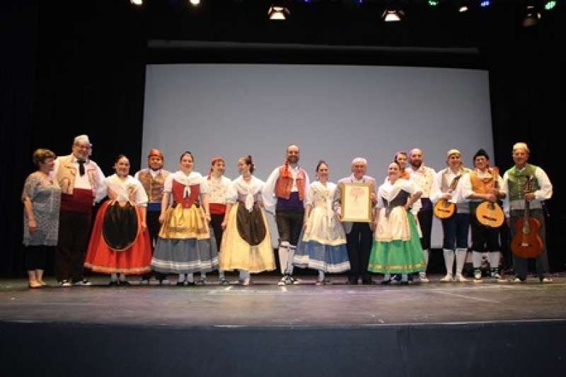El grup de danses fa entrega del guardó. EPDA