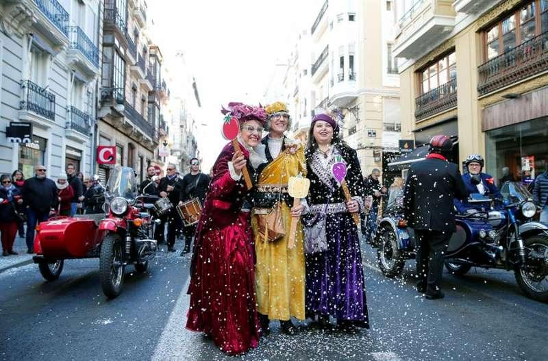 La cabalgata de las Magas de Enero entra en la plaza del Ayuntamiento. EFE/Manuel Bruque