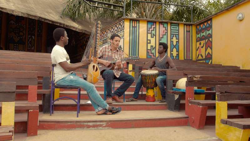 Imagen de una pieza musical con los tres músicos