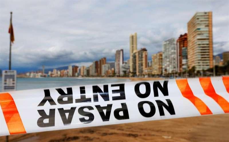 Cordón policial impide el paso a la playa de Levante de Benidorm. EFE / Manuel Lorenzo