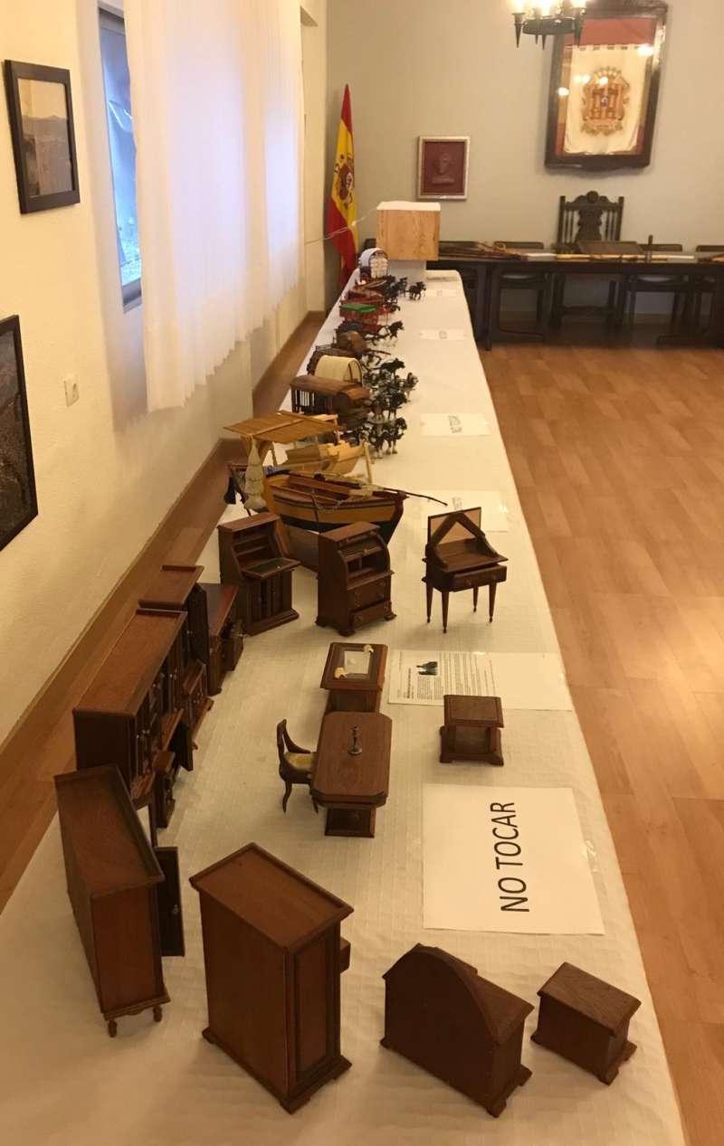 Una de las mesas expositoras en el salón de plenos