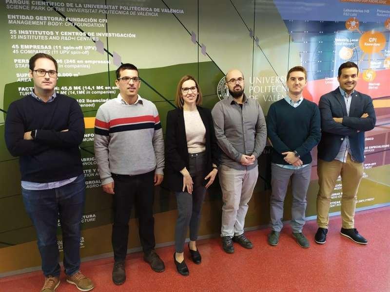 Los investigadores Manuel Fuentes, Carlos Barjau, Irene Alepuz, David Gómez, Eduardo Garro y Álvaro Ibáñez, en una imagen facilitada por la UPV. EFE