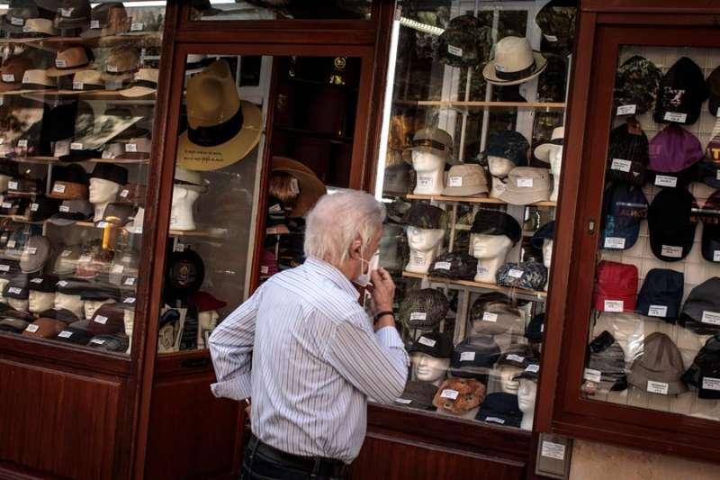 Un cliente observa el escaparate de un comercio de sombreros de València. EFE