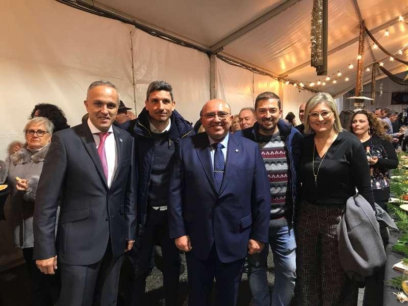 El Director de El Periódico de Aquí, Pere Valenciano, con algunos invitados en la celebración. EPDA