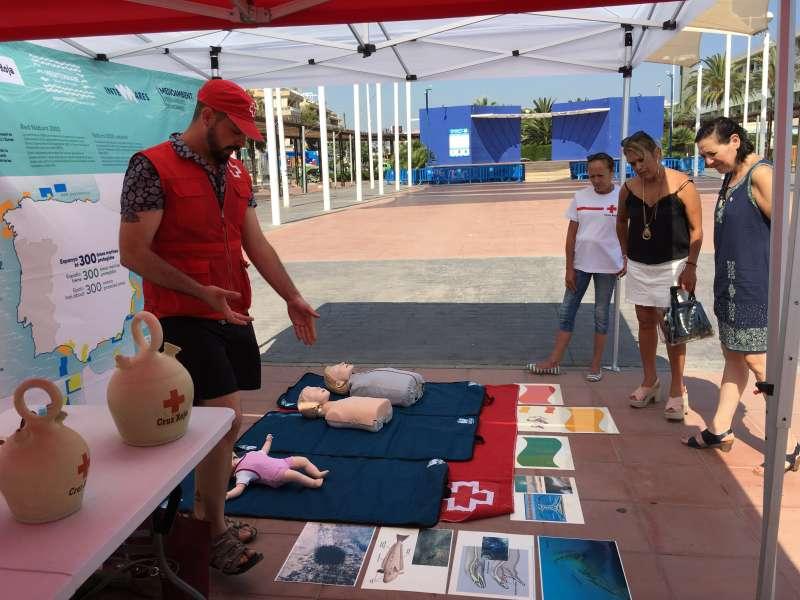 Exposición de Cruz Roja en la playa de Canet. EPDA