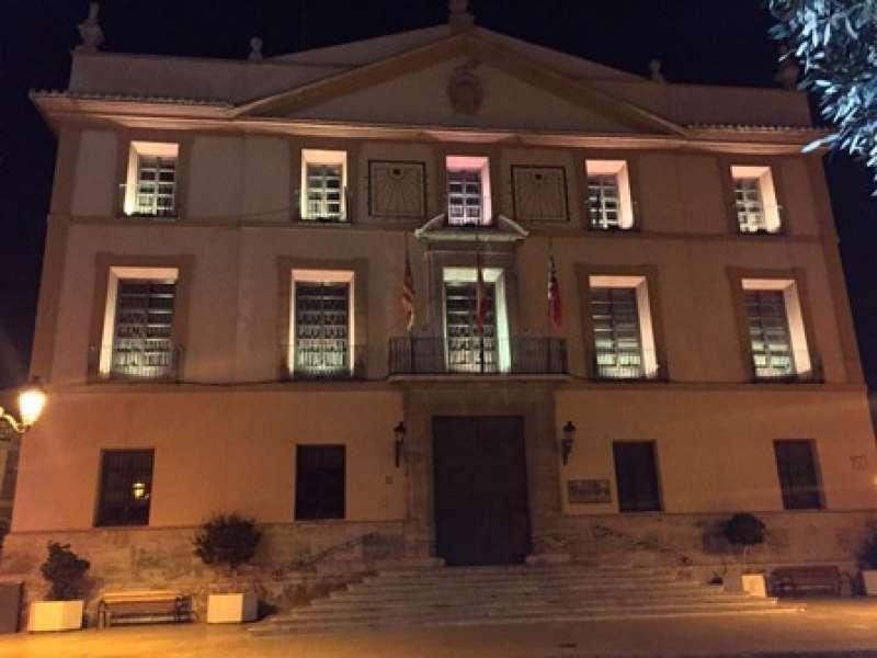 El color dorado ilumina la fachada del ayuntamiento. EPDA