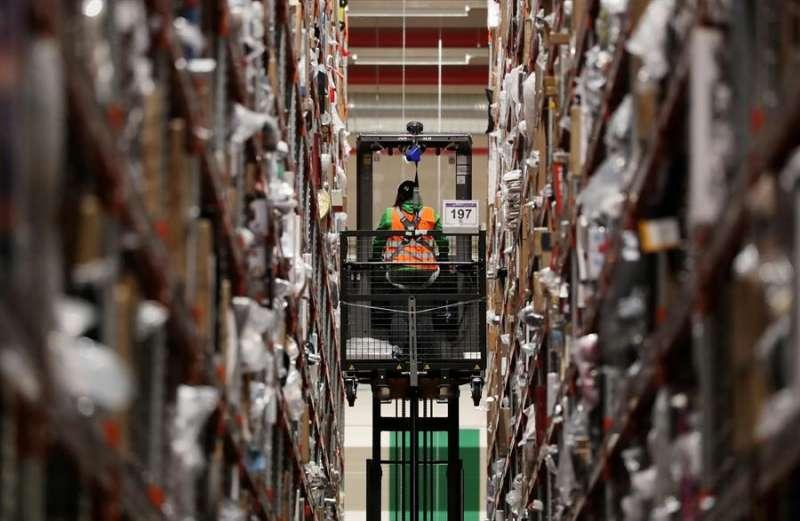 Un empleado de la multinacional estadounidense del comercio electrónico Amazon trabaja en un centro de distribución. EFE