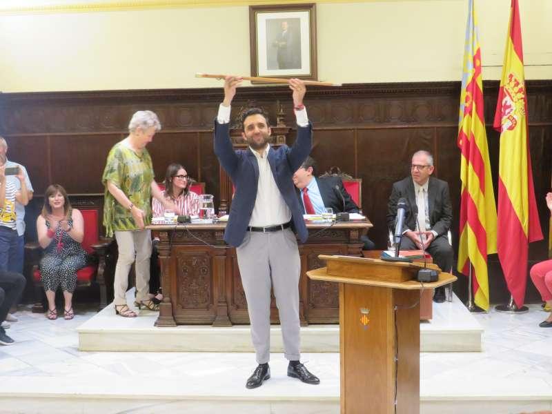 Darío Moreno alza la vara de mando en el hemiciclo tras ser investido nuevo alcalde de Sagunt. EPDA