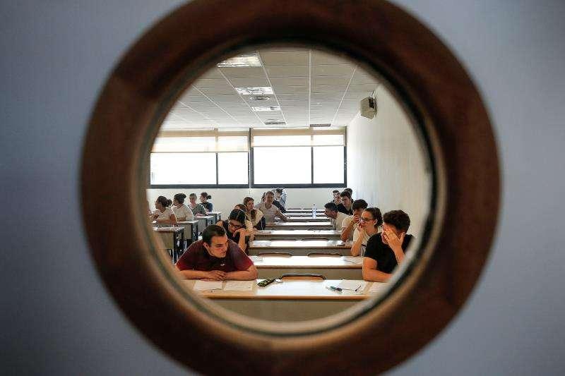 Un total de 20.250 estudiantes se presentan a las pruebas de acceso a la Universidad en la Comunitat Valenciana en su convocatoria ordinaria. En la imagen, una de las aulas docentes habilitadas hoy para estos exámenes. EFE