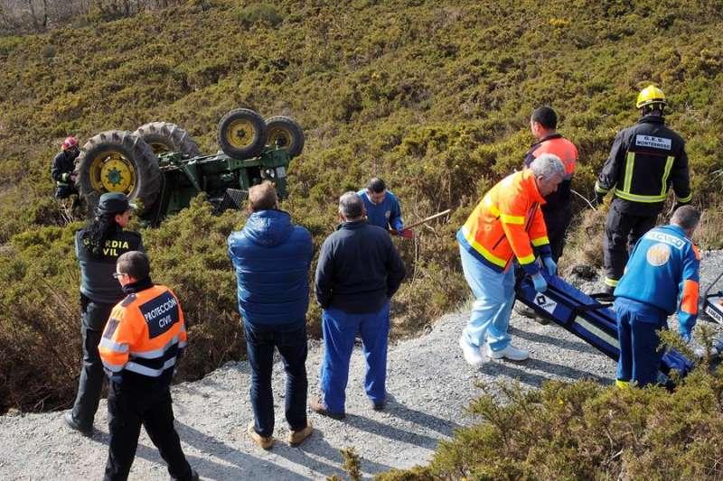 Los servicios de urgencias intervienen en un accidente de tractor. EFE/Archivo