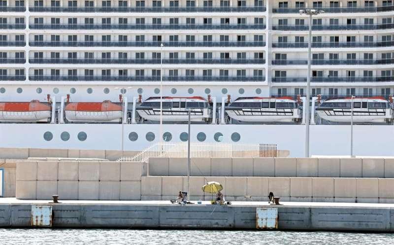 Imagen de archivo de un crucero en el puerto de València. EFE/Juan Carlos Cárdenas