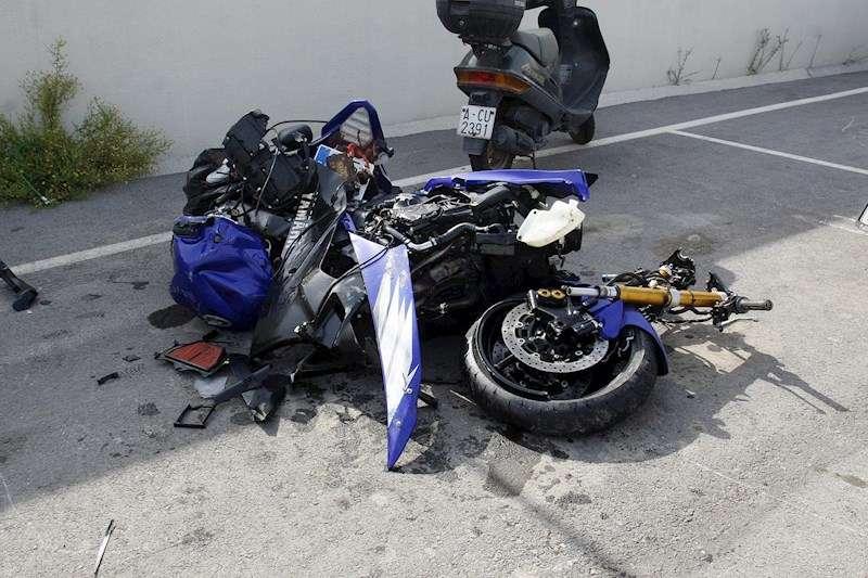 Imagen de archivo del estado en que quedó una motocicleta tras sufrir un accidente de tráfico en la ciudad de Alicante. EFE