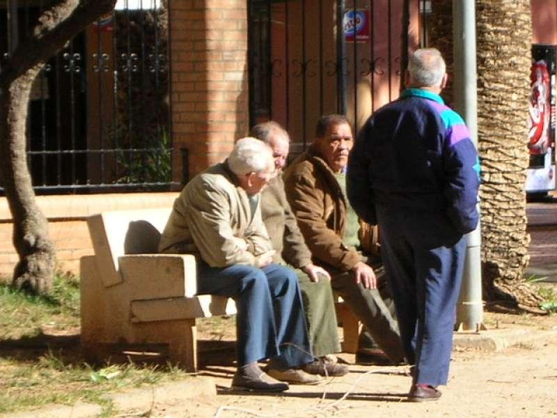 Unos ancianos conversan en un banco. EPDA
