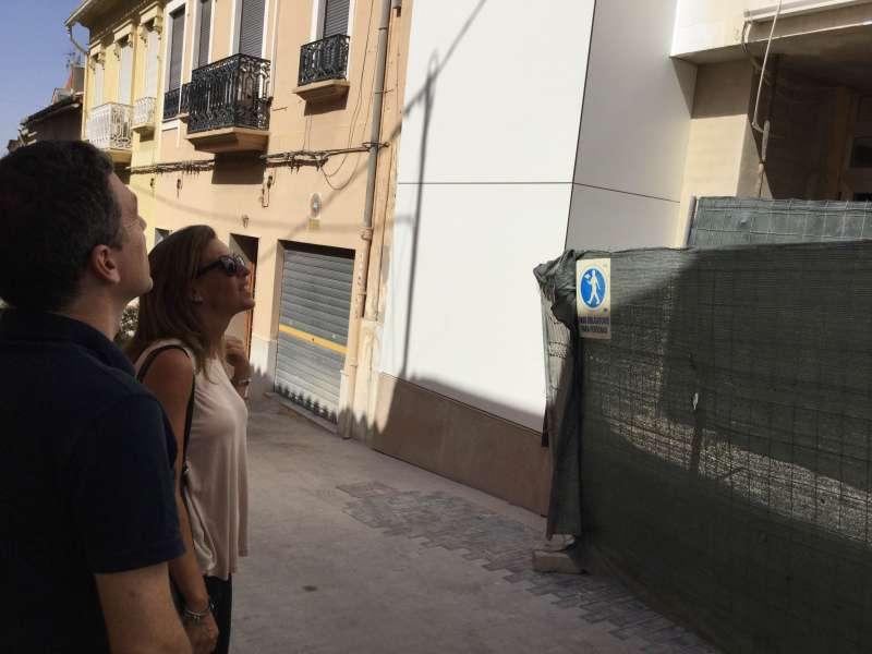 La alcaldesa en funciones visitando las obras del edificio de Mestre Canos.