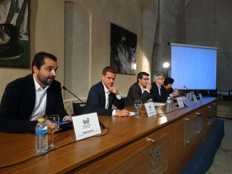 Rodríguez con el alcalde de Xàtiva, Roger Cerdà, el vicerrector de la Universitat de València, Antoni Ariño, el concejal de Cultura de Xàtiva, Jordi Estellés, y la directora del congreso, Purificación García