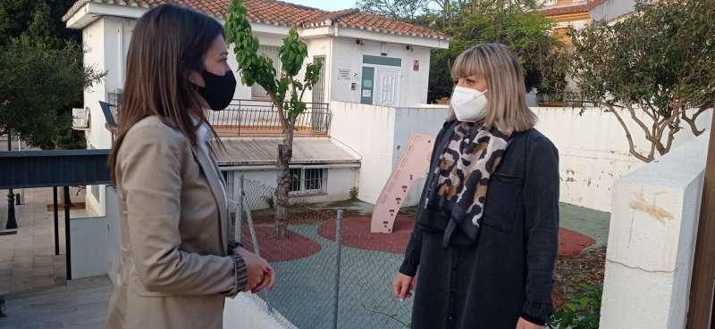La concejala de Servicios Sociales, Micaela Bermúdez, y María Jiménez.