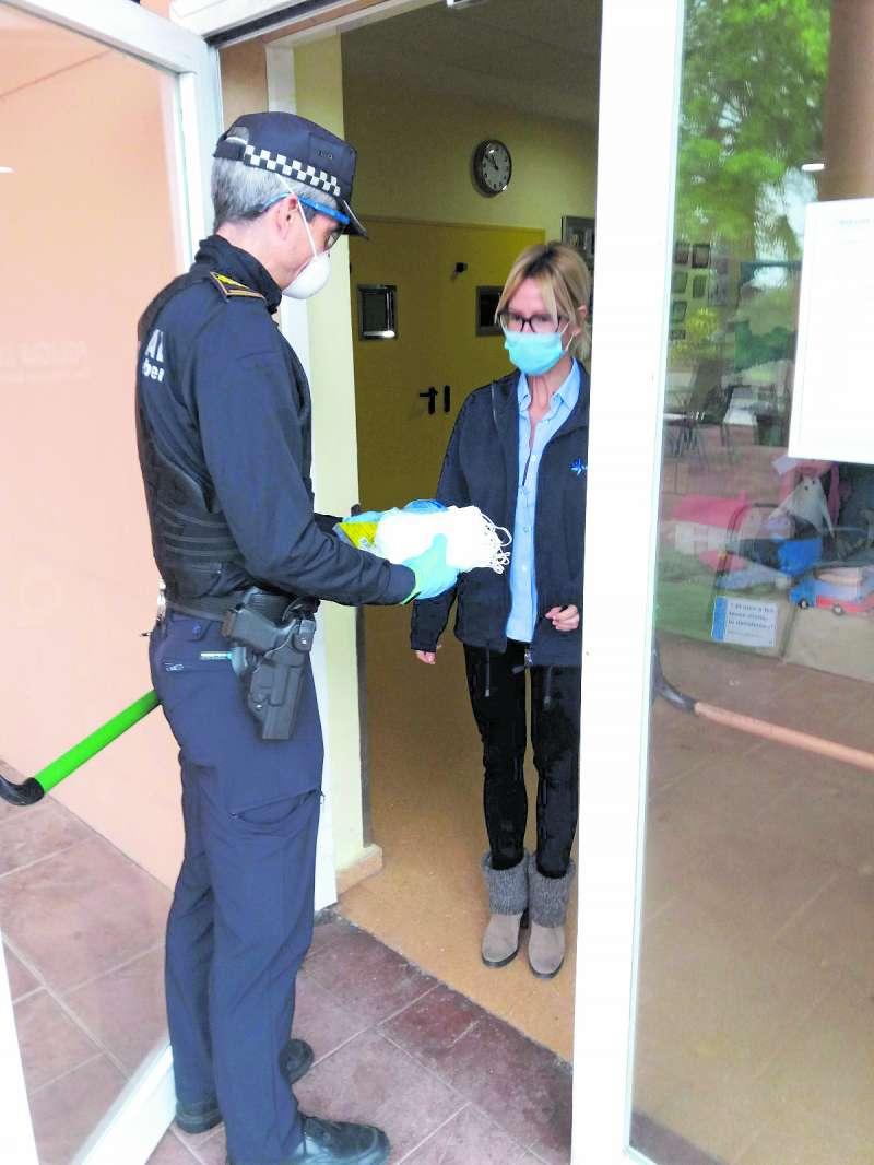 La Policía Local entregando material de protección en una de las residencias del municipio. / EPDA