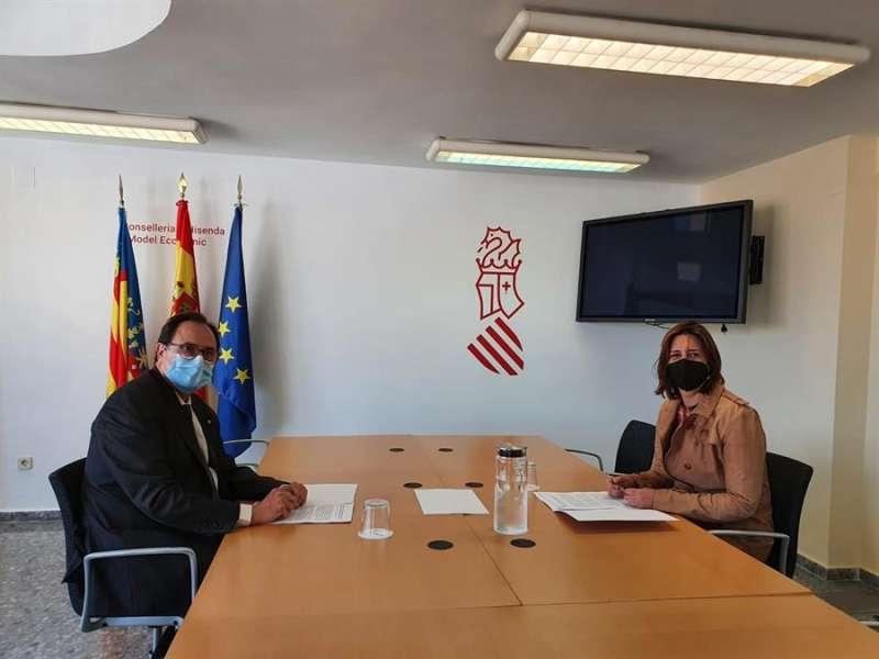 El conseller de Hacienda, Vicent Soler, y la consellera de Participación, Rosa Pérez Garijo. Generalitat.
