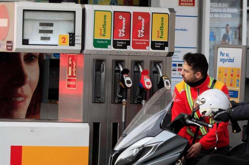 Un trabajador dispensa gasolina de un surtidor. EFE/Fernando Alvarado/Archivo