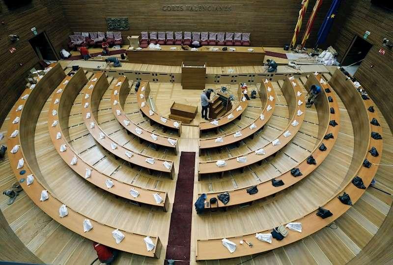 Imagen de hoy martes del hemiciclo de Les Corts Valencianes en el que prosiguen las obras de accesibilidad con la ampliación de las rampas de acceso al estrado y el cambio de asientos de los diputados. EFE/Juan Carlos Cárdenas