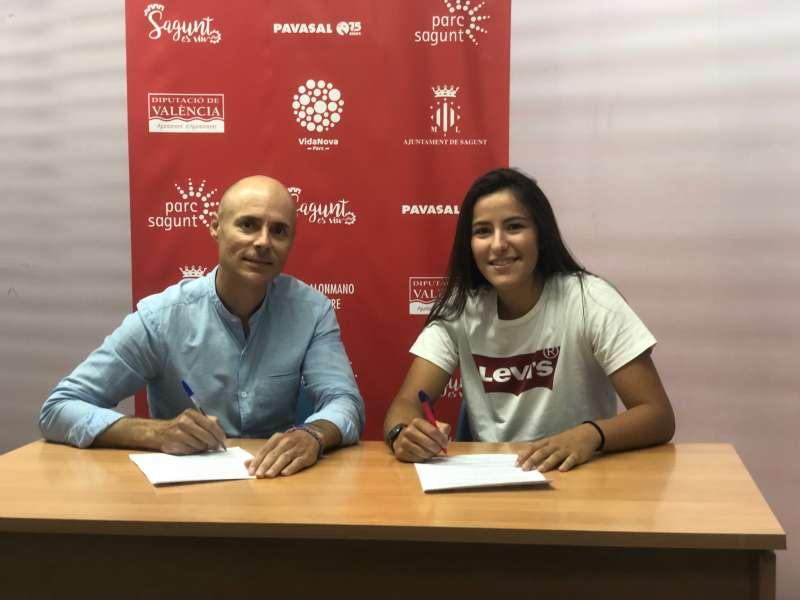 El presidente del club con la nueva jugadora. EPDA