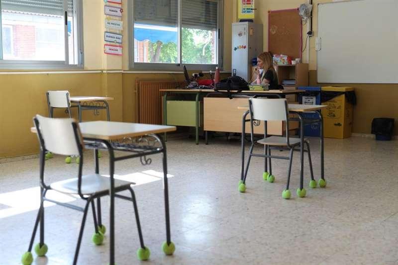 Una profesora da clase por videoconferencia en un colegio. EFE
