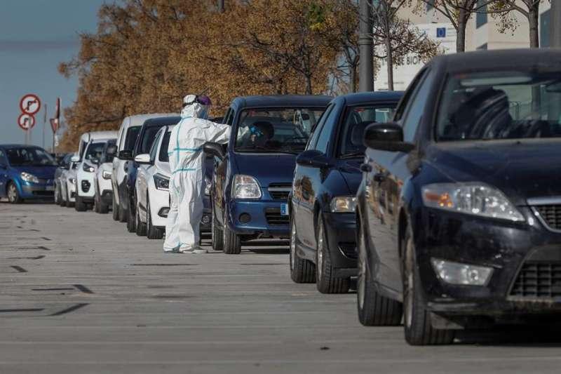 Decenas de coches hacen cola ante el hospital de campaña de La Fe de València para las pruebas de detección de covid-19. EFE/Juan Carlos Cárdenas.