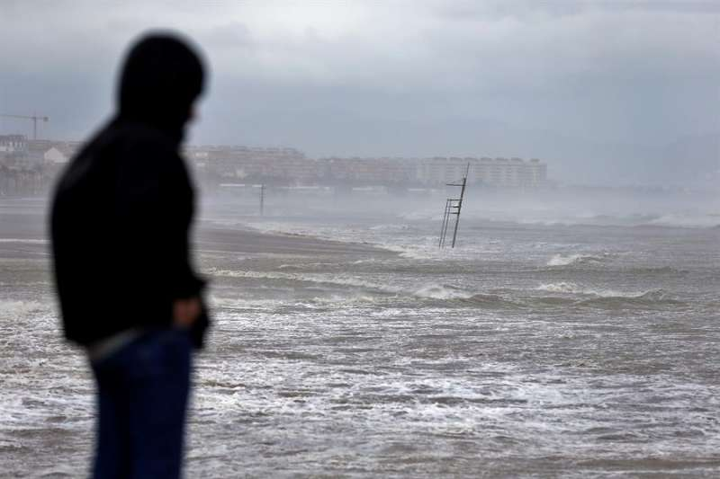 En la imagen el mar cubre por completo toda la playa de Las Arenas y La Malvarrosa de Valéncia. EFE/Manuel Bruque/Archivo
