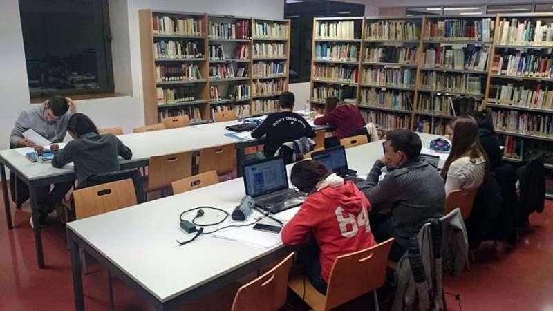 Estudiants a la biblioteca de Catarroja. EPDA