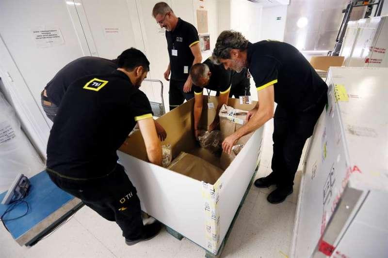 Operarios del Museo Arqueológico de la Diputación de Alicante (MARQ) durante el embalaje de las piezas para enviarlas a Teherán (Irán). EFE