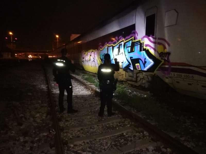 Vagones pintados con grafitis