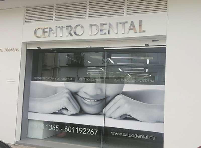 Fachada de la clínica ubicada en Clínica dental ubicada en la calle Camí Fondo 1 de Rafelbunyol. EPDA