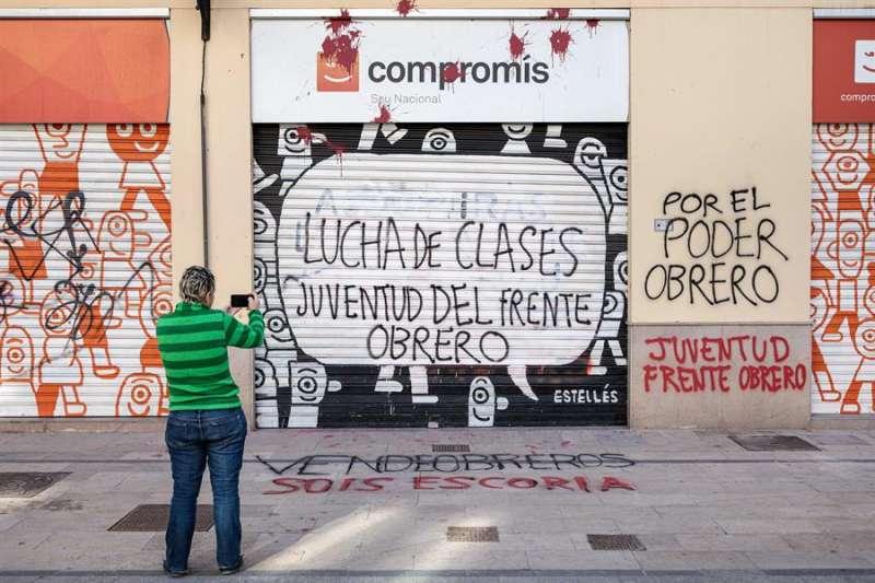 La sede de Compromís en València ha amanecido esta mañana con pintadas. EFE