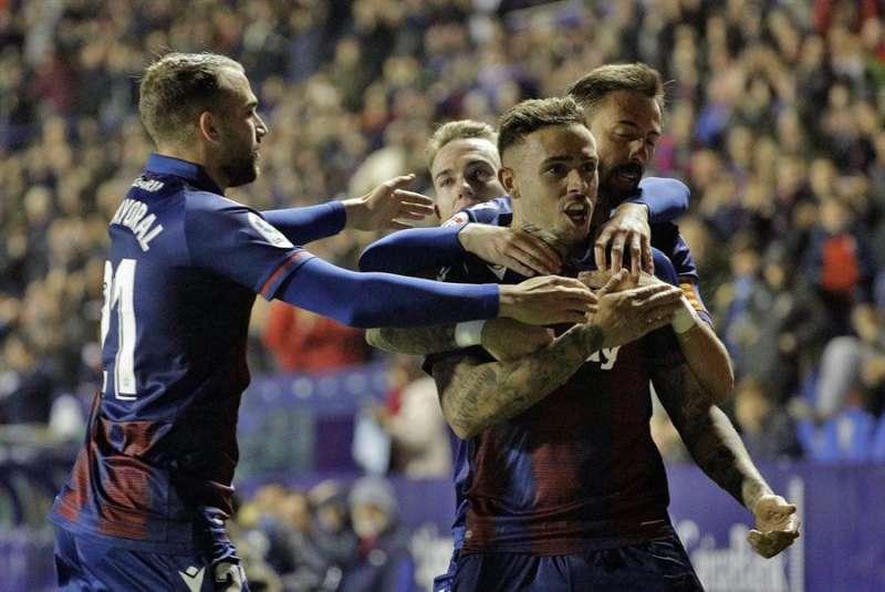 El delantero del Levante UD, Roger Martí, celebra un gol con sus compañeros. EFE/Archivo