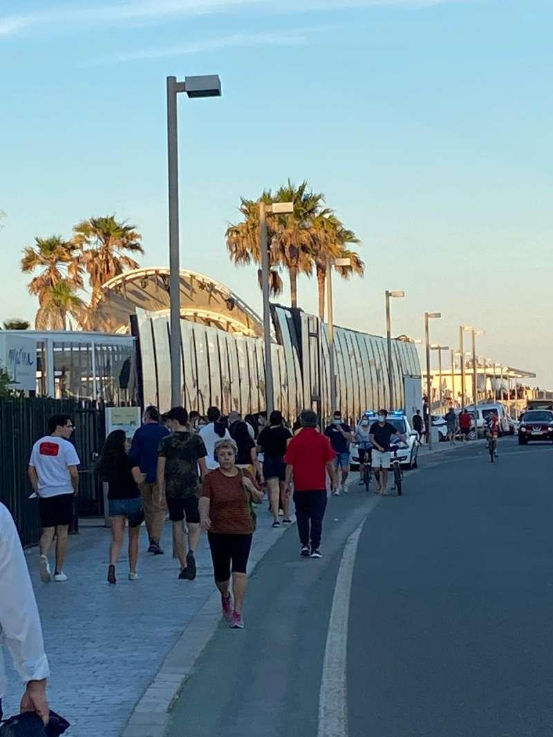 Gente esperando a entrar a Marina Beach.
