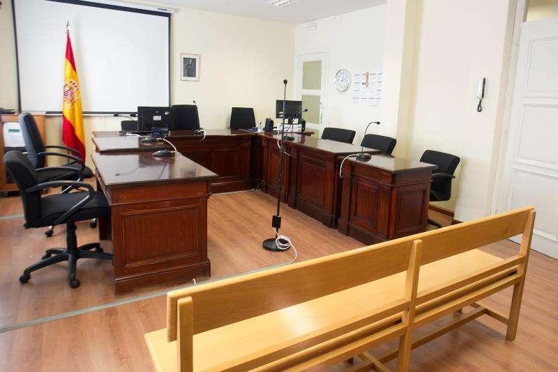 Sala vacía antes de un juicio. EFE/Archivo