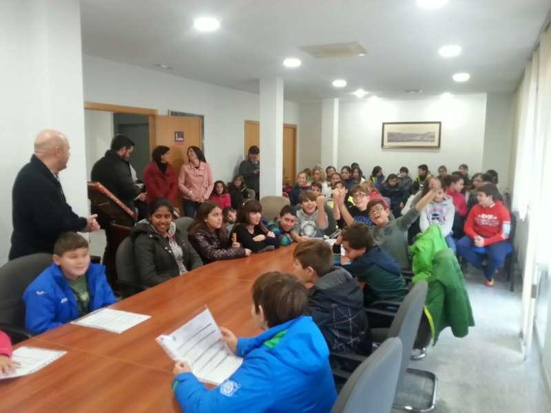 Los estudiantes de Gilet, durante la visita al Ayuntamiento junto al alcalde de la localidad. //EPDA