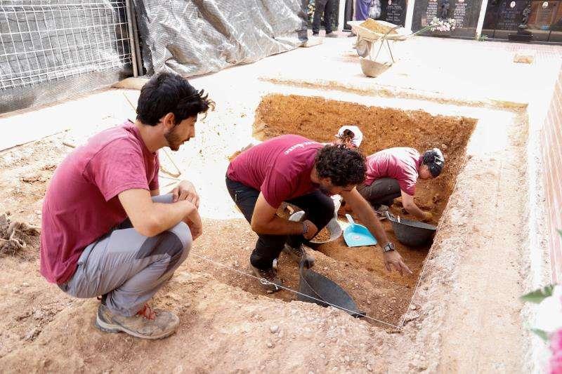Fosa en el cementerio de Alfarp. EFE/Diputación Valencia