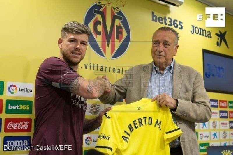 Alberto Moreno, junto al presidente del Villarreal, Fernando Roig, tras ser presentado como jugador dle club. EFE