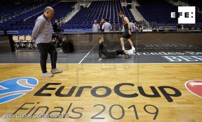 El entrenador del Valencia Basket, Jaume Ponsarnau (i) al inicio del entrenamiento en el Mercedes-Benz Arena de Berlín. EFE