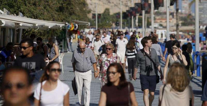 Personas paseando por la playa del Postiguet en Alicante. EFE/Archivo
