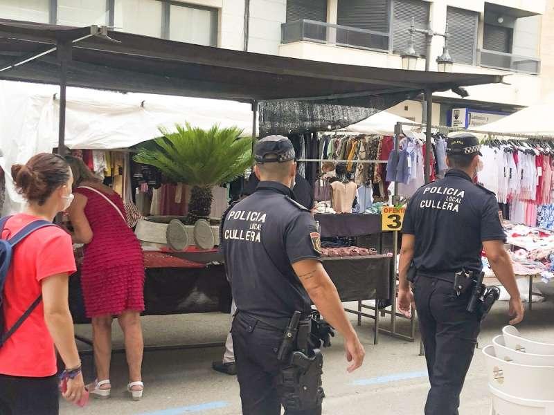 Dos policías locales de Cullera patrullan en un mercadillo