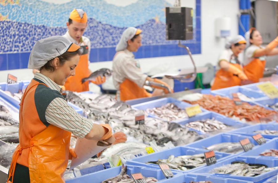 Varios trabajadores de Mercadona. FOTO EPDA