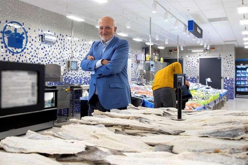 El presidente de Mercadona, Juan Roig, ante un expositor de bacalao. - EFE