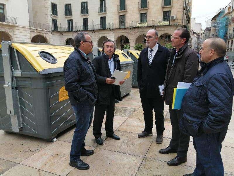 El concejal de Medio Ambiente, Manuel Villar y el director de gestión Local y Autonómica de Ecoembes, Ángel Hervella Touchard. EPDA